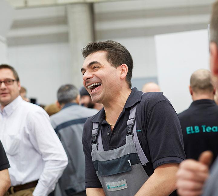 Mann lacht bei der Arbeit
