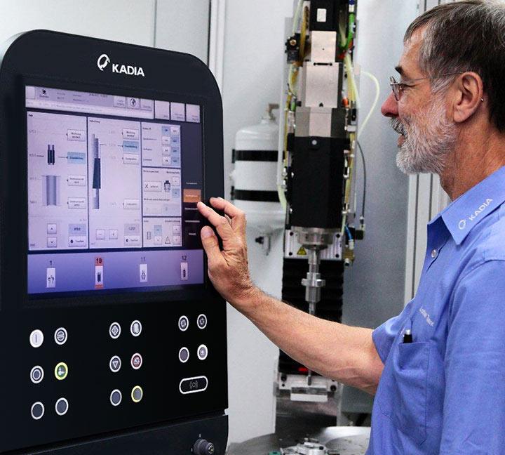 Mann arbeitet an Kadia-Maschine
