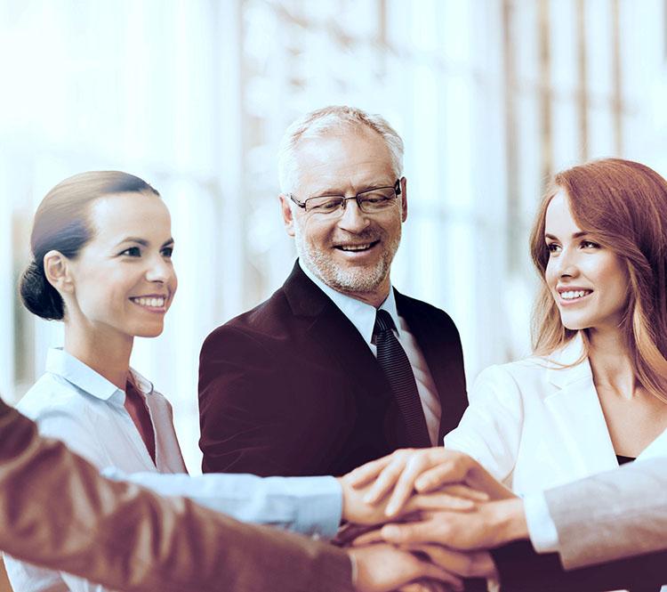 Kollegen legen Hände übereinander